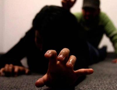 Un hombre viola, desfigura y arroja a una mujer al mar en Barcelona