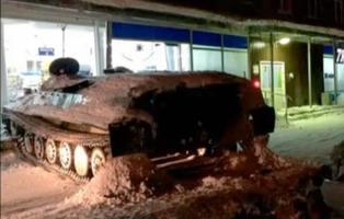 Empotra un tanque soviético contra una tienda para robar una botella de vino