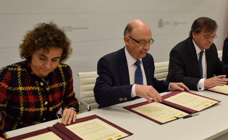 Montoro y Monserrat (Sanidad), en la firma del acuerdo que beneficia a las farmacéuticas
