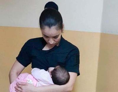 Una agente de policía amamanta un bebé recién nacido abandonado para salvar su vida