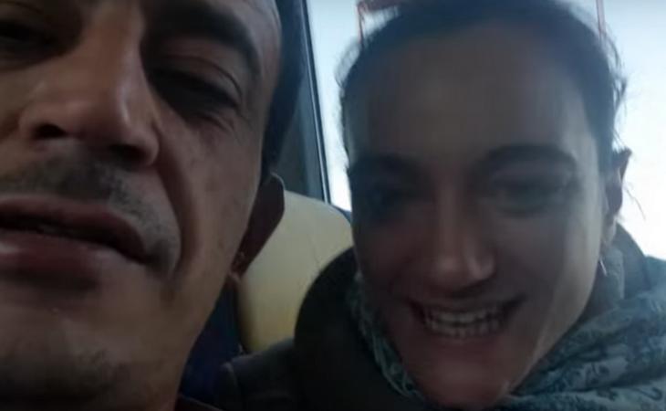 La pareja en uno de sus vlogs improvisados