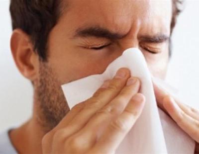 Se aguanta un estornudo y termina desgarrándose la faringe