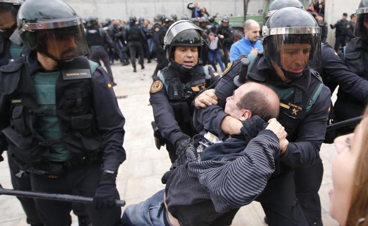 Una de las escenas del 1 de octubre en Cataluña