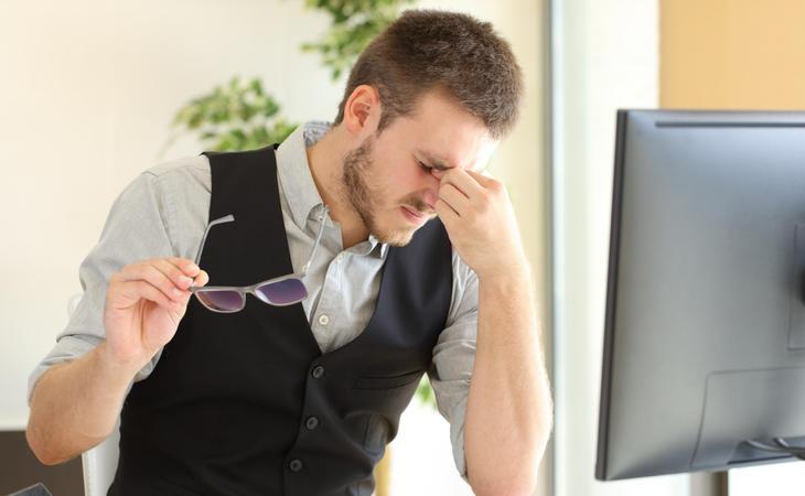 Pasar demasiado tiempo con la vista fija en una pantalla puede dar lugar a problemas