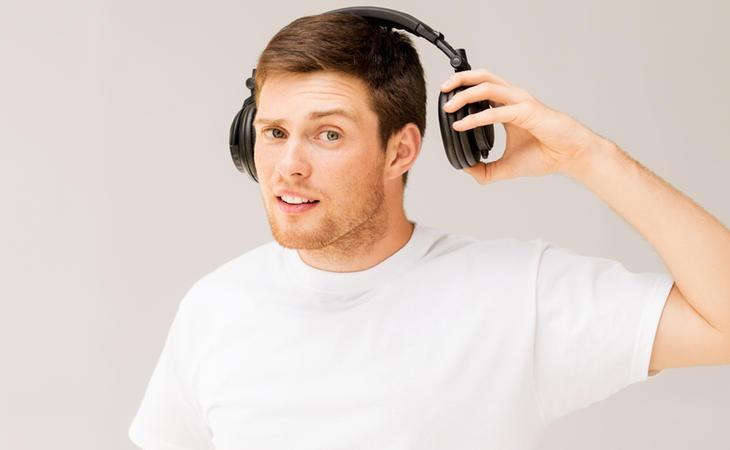 Regula el volumen de tus cascos para evitar daños en los oídos