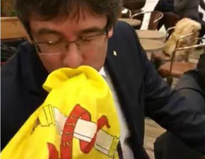 Puigdemont besa la bandera de España en Copenhague