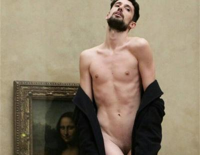 Un artista español se desnuda delante de la Mona Lisa en el Louvre