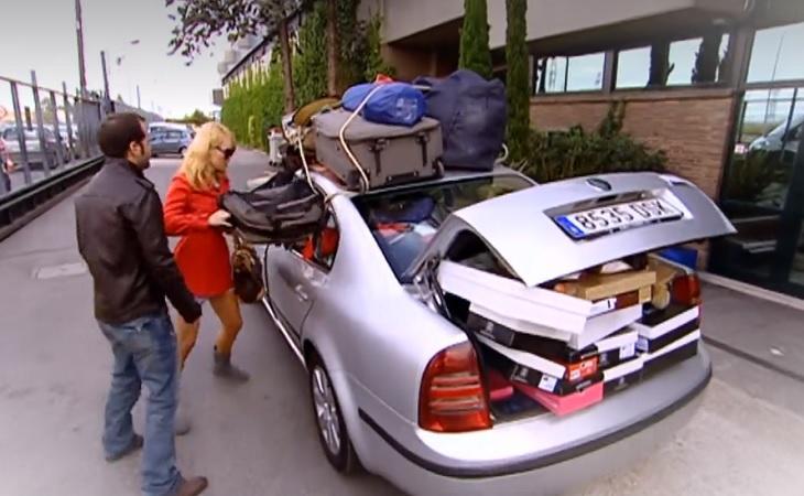 Patricia Conde intenta meter sus cosas en el coche de Ángel Martín