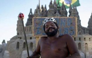 Lleva 22 años viviendo en un castillo de arena y se erige como 'El Rey de la playa'