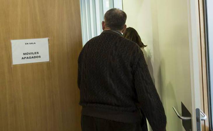 El acusado entrando en la sala de vistas