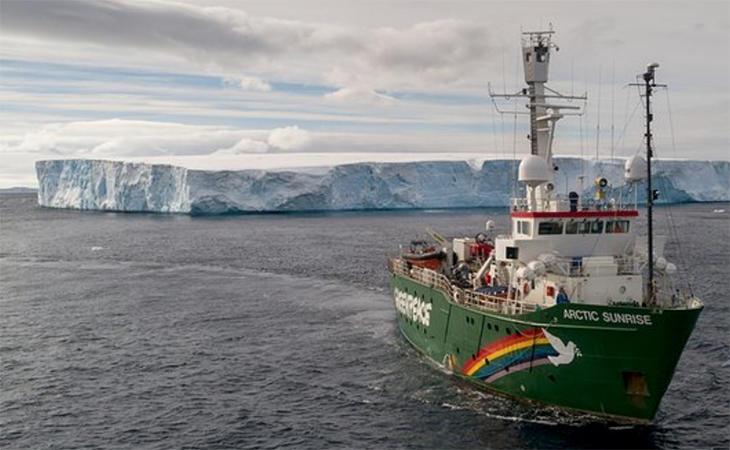 El rompehielos Arctic Sunrise navegando por el mar de Weddell