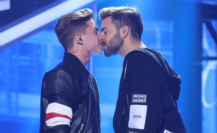 Raoul y Agoney se besaron sobre el escenario de 'OT 2017'