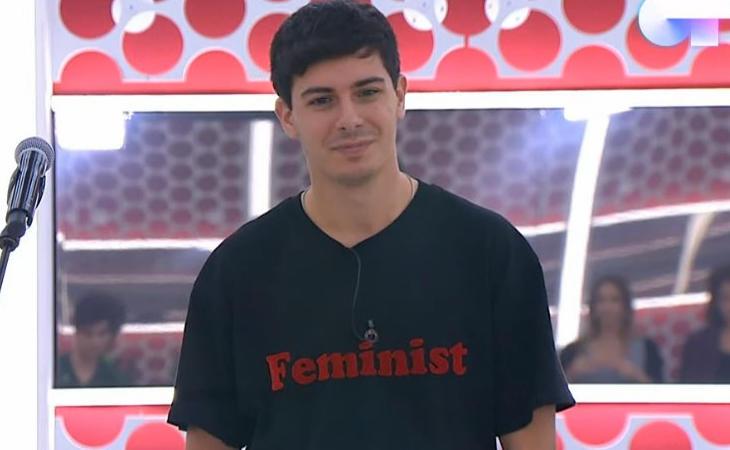 Alfred ha lucido en la Academia camisetas con el lema 'Feminist'