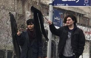 Las mujeres iraníes desafían a los ayatolás quitándose el hijab