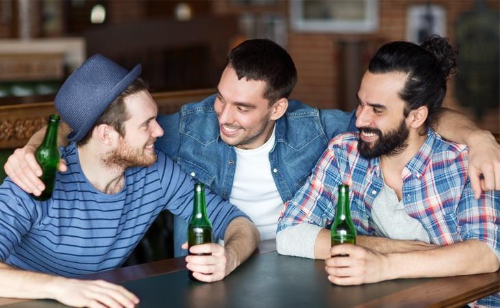 A Chris Haslam le desconciertan las muestras de afecto mostradas por los españoles en los bares