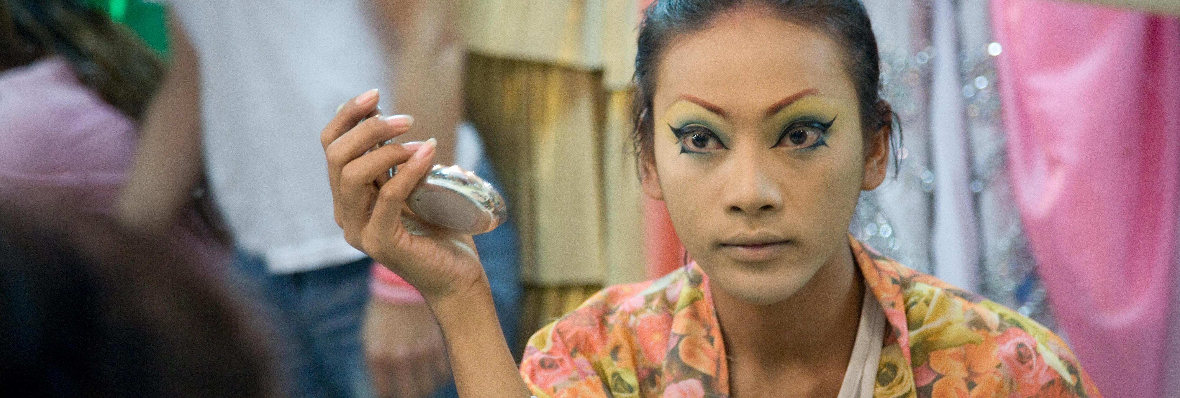Detienen a doce mujeres trans en Indonesia, las rapan y las desnudan en plena calle