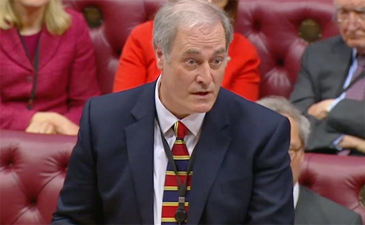 Michael Bates anunciando su dimisión