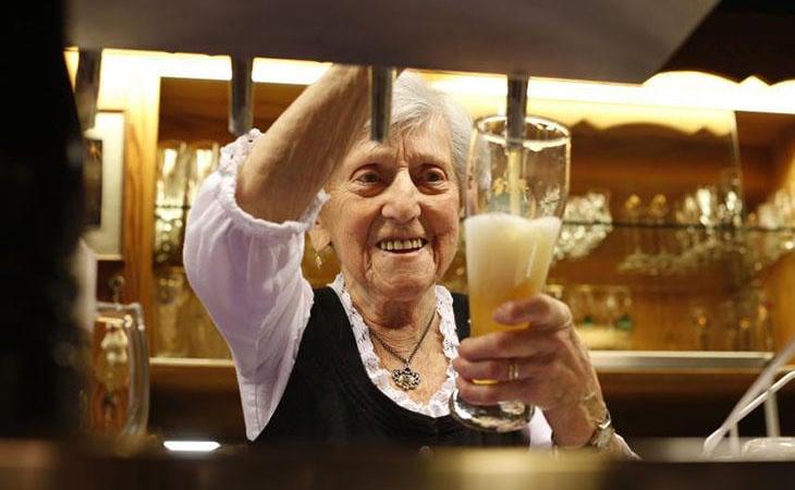 El alzheimer puede mitigarse con el consumo moderado de alcohol según los estudios