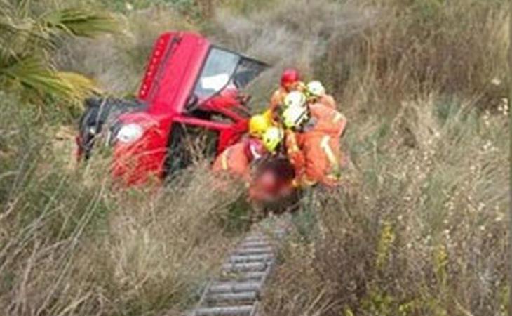 Trini siendo rescatada por los bomberos tras el accidente