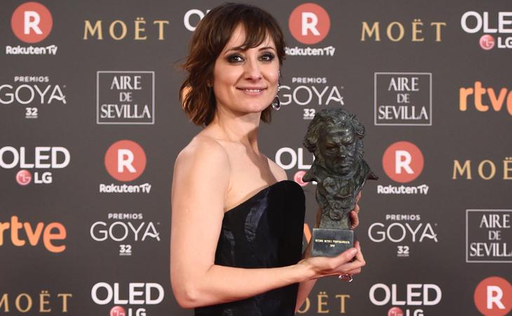 Nathalie Poza, Goya a Mejor Actriz Protagonista por 'No sé decir adiós', posa entre multitid de logos publicitarios