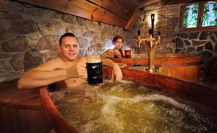 Podemos disfrutar de un relajante baño con una buena cerveza en la mano