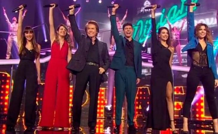 Los cinco finalistas cantaron junto con Rapahel