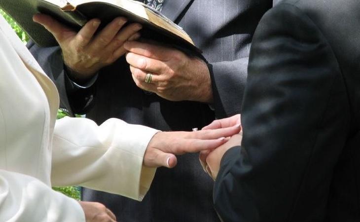 Quienes se hayan divorciado y quieran casarse por la iglesia han de pedir la nulidad matrimonial para poder hacerlo