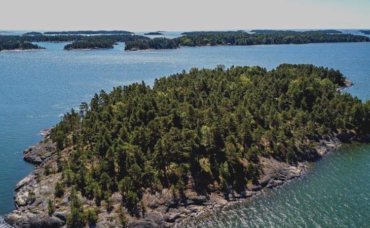 La isla tiene una superficie de 3.39 hectáreas y está repleta de árboles y verde vegetación