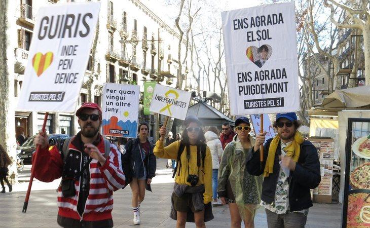 Los guiris independentistas se pasearon por los lugares más emblemáticos de Barcelona