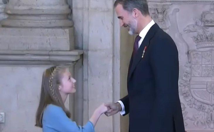 Leonor le hace una reverencia a su padre, el Rey Felipe VI