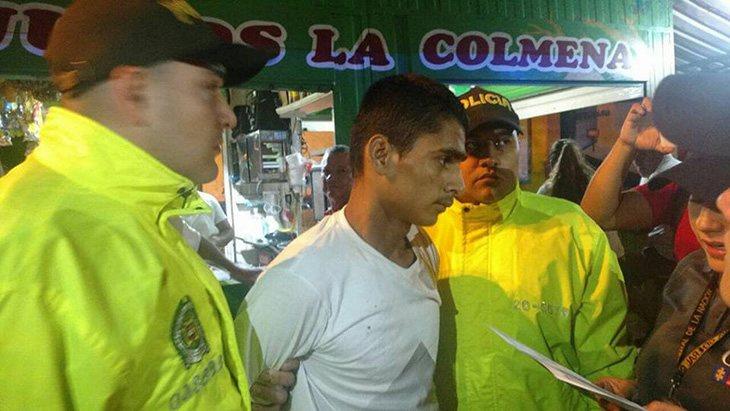 El acusado siendo arrestado por las autoridades
