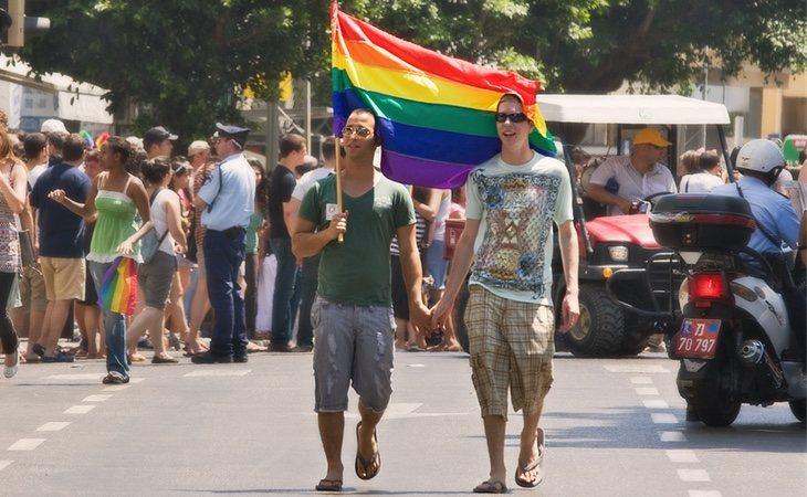 Ir al gimnasio o llevar barba, señales consideras como gays por parte del periódico malasio