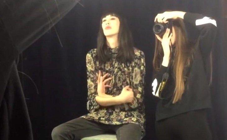 Ilay Dyagilev durante la sesión de fotos transformado enArinaAliyeva.