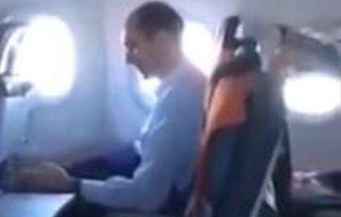 Se masturba en pleno vuelo delante de todo el pasaje y le graban