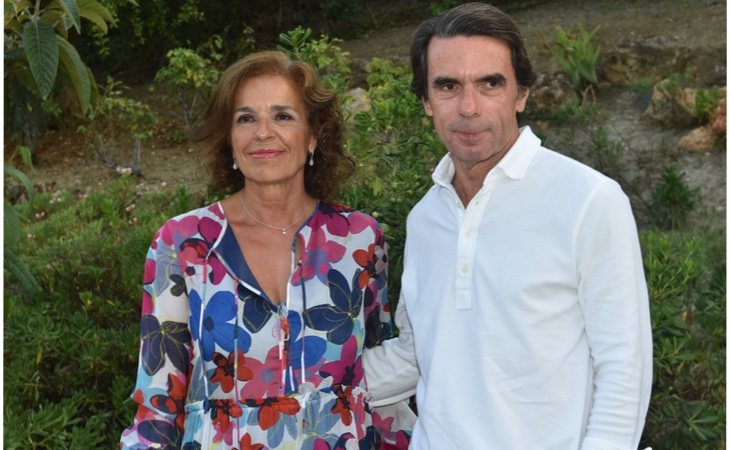 Es hermana de la ex alcaldesa de Madrid Ana Botella y por tanto cuñada de José María Aznar