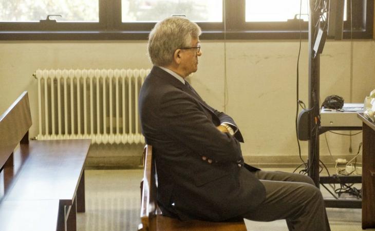 Manuel Pérez sentado en el banquillo