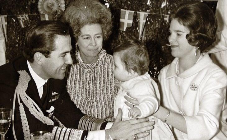 Federica (centro) con su hijo Constantino en un acto oficial