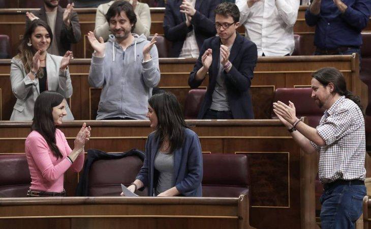 Los diputados de unidos Podemos aplauden a Irene Montero tras presentar la Proposición de Ley sobre igualdad retributiva. / Foto: Elpais.com