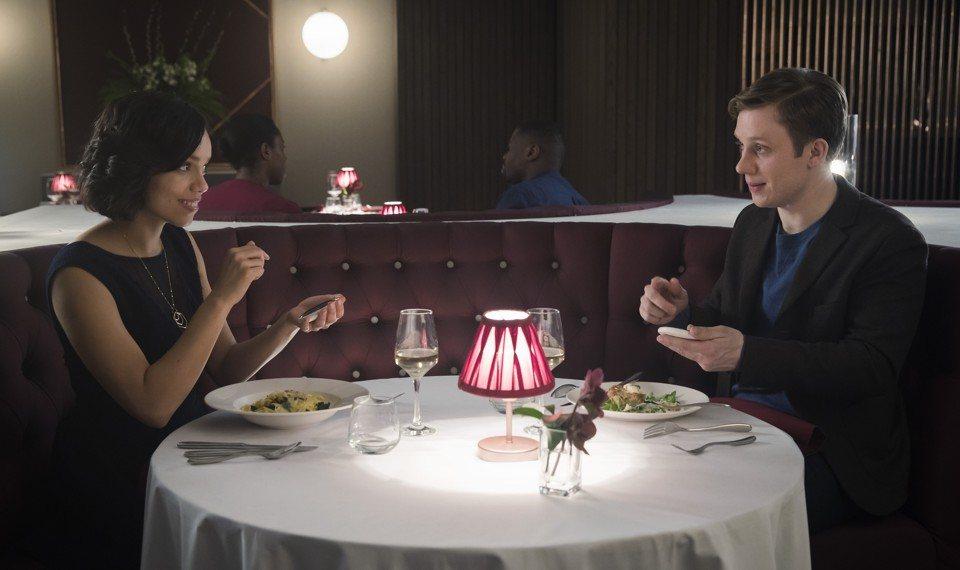 Frank y Amy primera cita en 'Hang the DJ'