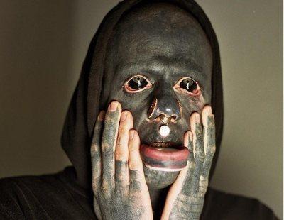 Se tatúa el cuerpo entero de negro para parecerse a una figura abstracta de Picasso