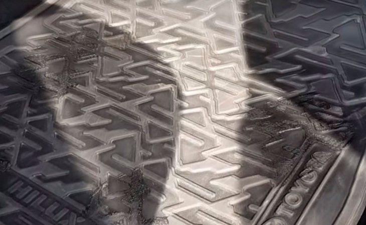 La alfombra se derritió siguiendo la silueta de los pies del joven