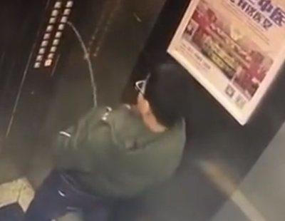 Orina sobre los botones de un ascensor y termina llamando al Servicio de Emergencias