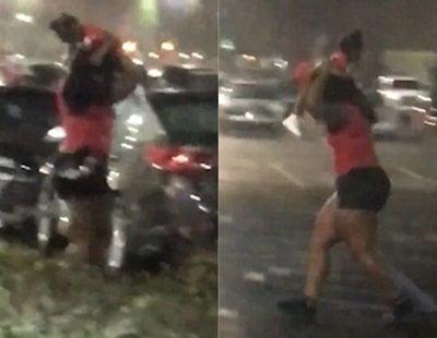 Una mujer usa a su bebé como paraguas y las redes enloquecen