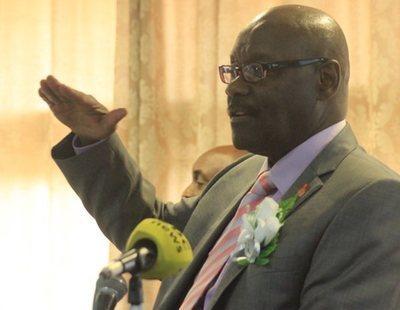 El ministro de Salud de Zimbabue denuncia a China: sus preservativos son demasiado pequeños