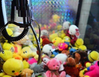 Una mujer se introduce en una máquina para robar peluches: las cámaras la captaron en vivo