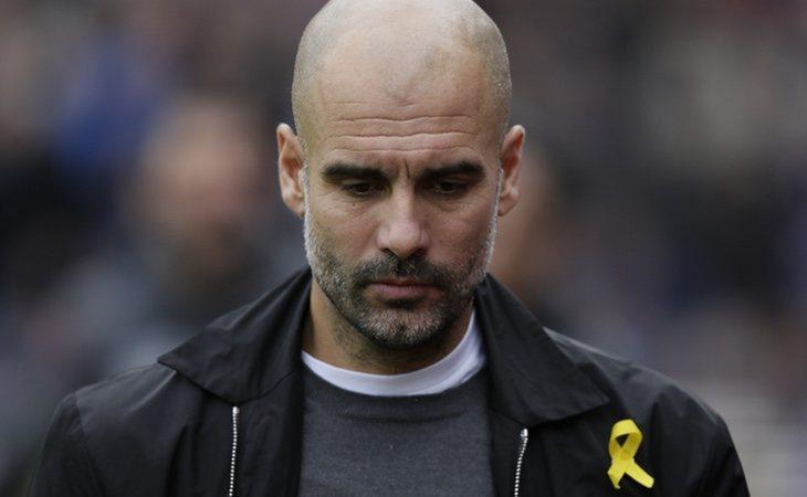 El entrenador del City lleva el lazo amarillo en cada partido de la Premier