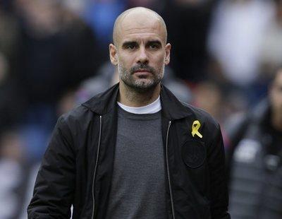 Pep Guardiola mantiene el lazo amarillo a pesar de la sanción de la Federación Inglesa