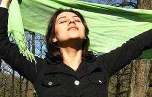 Condenan a prisión a una mujer por quitarse el velo en el Día de la Mujer