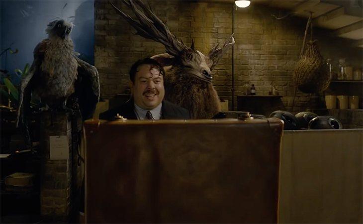 Jacob rodeado de criaturas y dispuesto a ayudar a Newt