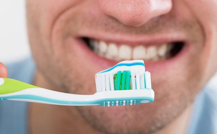 Cepillarse los dientes media hora después de comer
